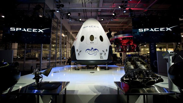 """SpaceX"" представила новую капсулу для доставки космонавтов на МКС"