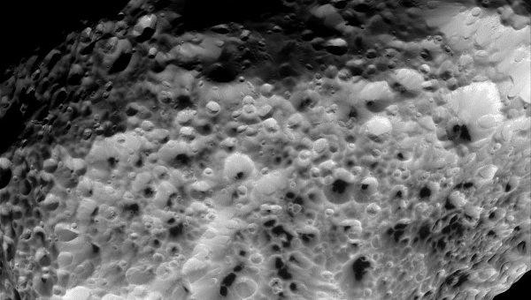 «Кассини» передал на Землю последние фотографии Гипериона