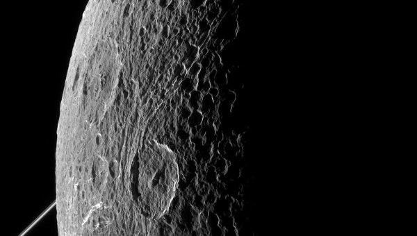 «Кассини» получил фотографии «темной стороны» Дионы, спутника Сатурна